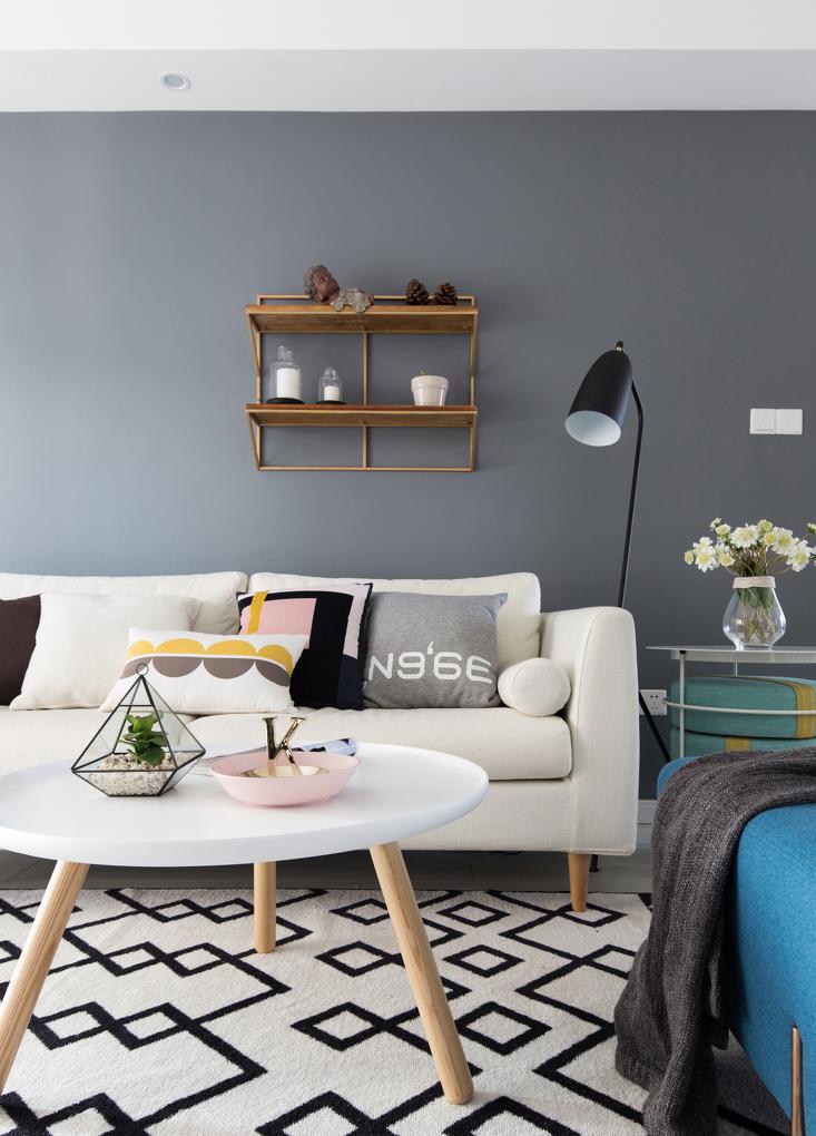 沙发上的抱枕、地毯上跳跃的色块,让性冷淡也能很少女。