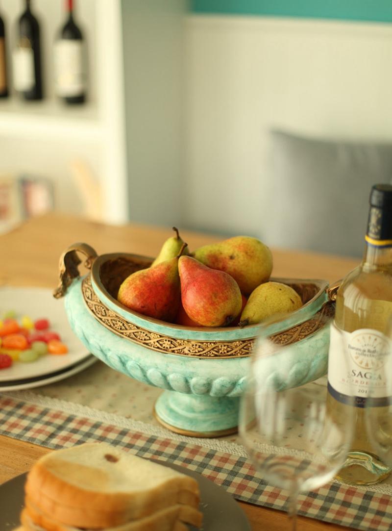 一瓶酒加上水果,仿佛就可以过一个闲暇的午后。