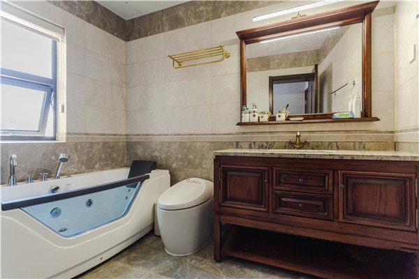 卫生间通过拼接式的装饰让墙面更具有设计感,朴素的色彩让生活更为轻松;盥洗区的设计,满足收纳和日常使用