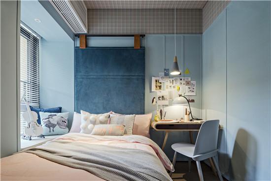 灯光的柔和处理,让阅读和工作空间更为舒适,墙面不再是单调的白,而是生活贴画或收纳的处理。