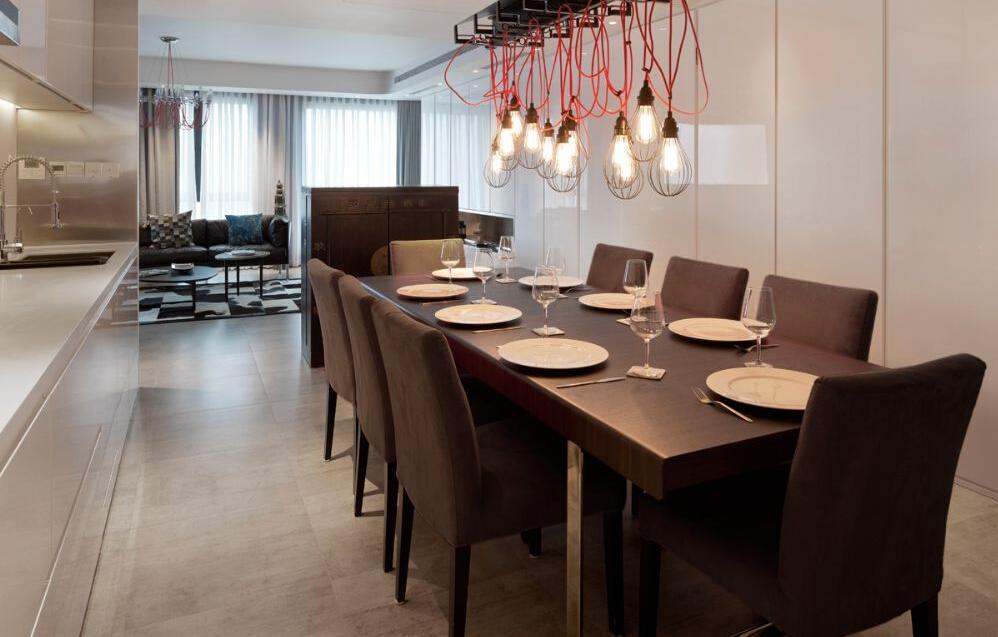 这个角度可以清晰的看见客厅餐厅二合一,空间感很强