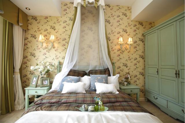 卧室非常清新甜美,碎花背景墙、抱枕以及格子床品,都给人一种自然和谐的感觉。