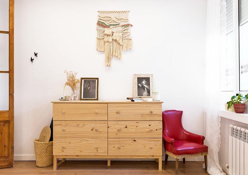 原木斗柜上面摆放照片作为装饰,小资的情调立现。
