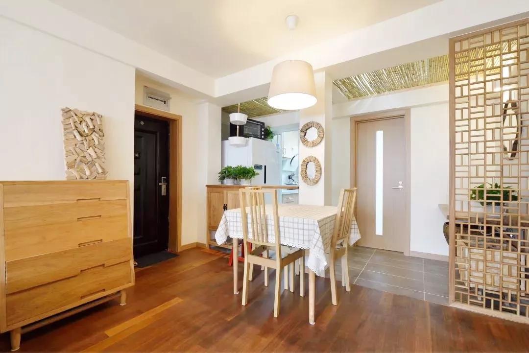 原木材质的使用,让整个环境更加自然清新;餐厅过渡玄关和客厅,进门就能感受到温暖的饭菜之香。