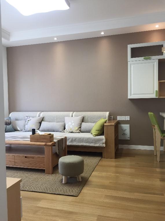 方正的木质茶几,原始的样式自然气息浓厚。浅灰色坐垫的木椅,清爽有格调,尽显舒适之感。