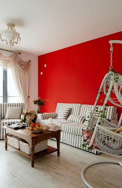 大红的墙壁,让气质又有点不同,夺目且奔赴,任谁也无法不被吸引。