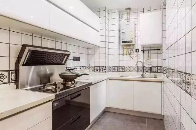 厨房选择用小白砖铺贴墙面,干净简洁。大面积的橱柜增加了储物空间。