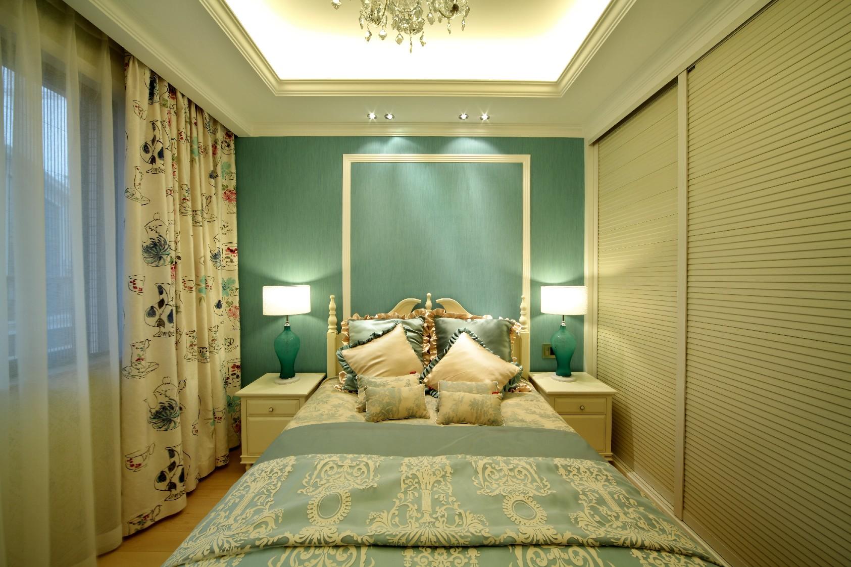 主卧室连着阳台,光线是比较好的,装上推拉门也是为了更好的隔音、隔热。