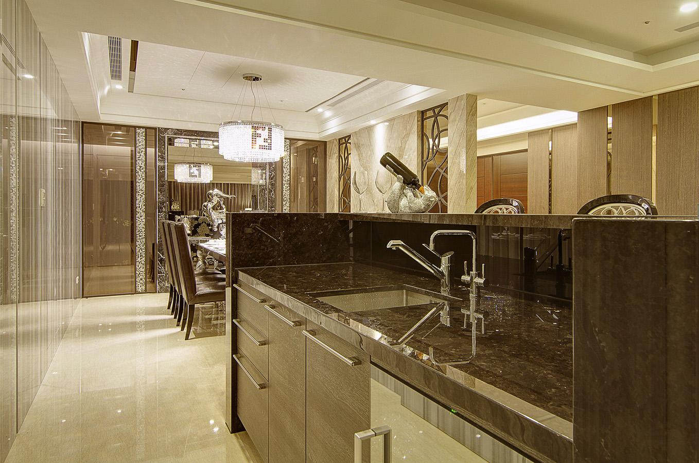 餐厅旁边的洗手台兼顾收纳,同时还起到隔断的作用,也是非常实用的呢~