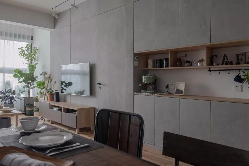 餐厅收纳柜选择嵌入式设计,既节省空间,又弥补了厨房空间的不足;与客厅电视背景墙相连,整体和谐自然。
