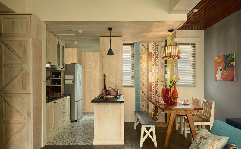 餐厅墙壁上不同花纹的瓷砖打造出不同的艺术气息, 与开放式厨房相连增加了厨房视觉上的面积。