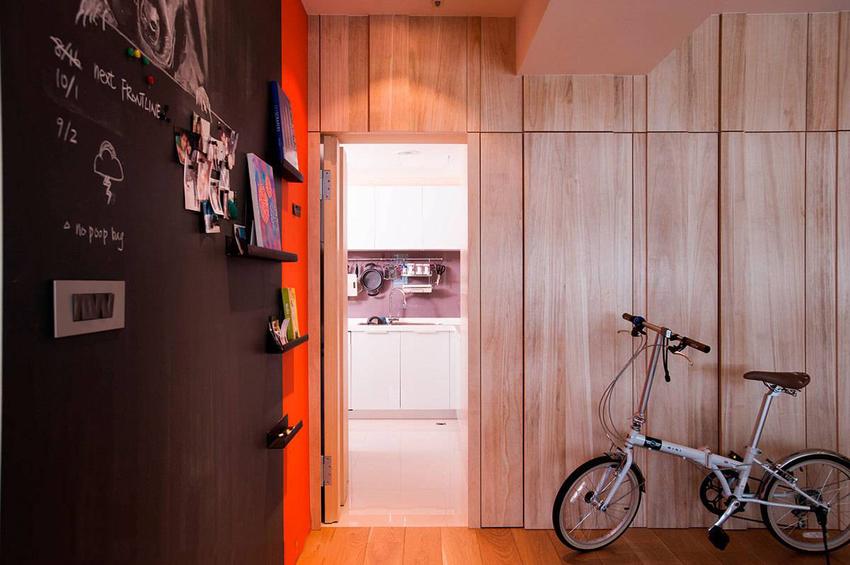 厨房动线连同收纳机能,隐藏规划于梧桐木墙面内。