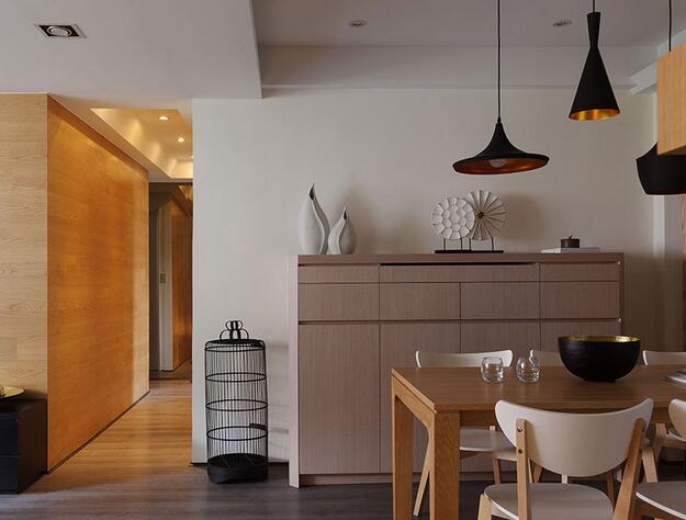不规则扭转的格栅线性,以通透性的手法串接起餐、厨之间的场域关系。
