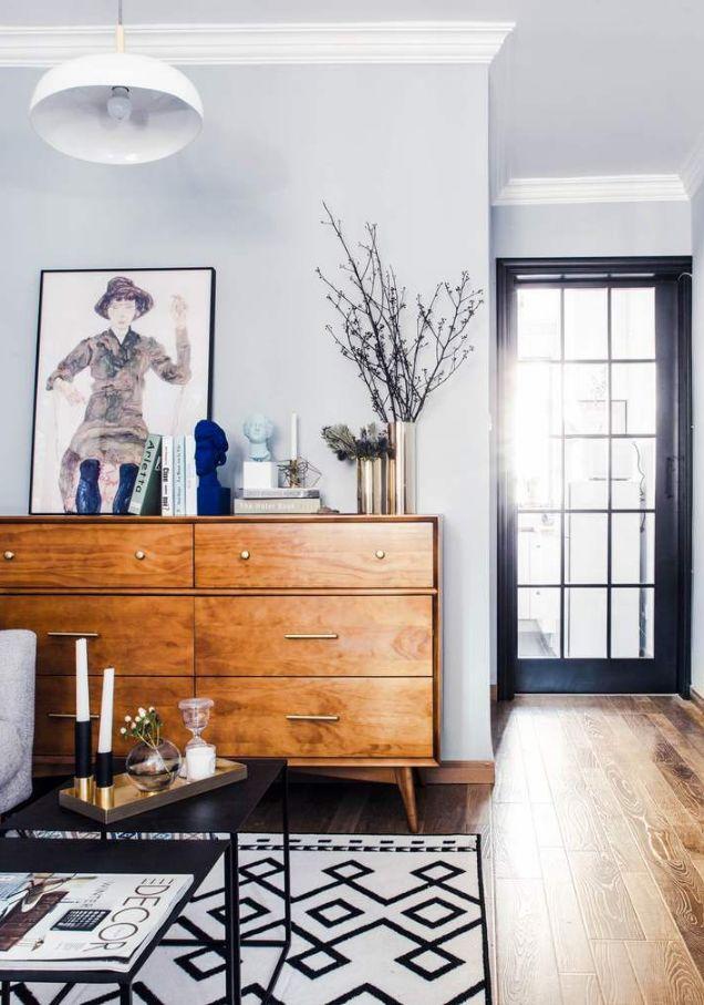 入户门厅过后的客厅、卧室空间,厨房和客厅之间用玻璃门作为隔断,既可以避免油烟问题,也能满足光线流通。