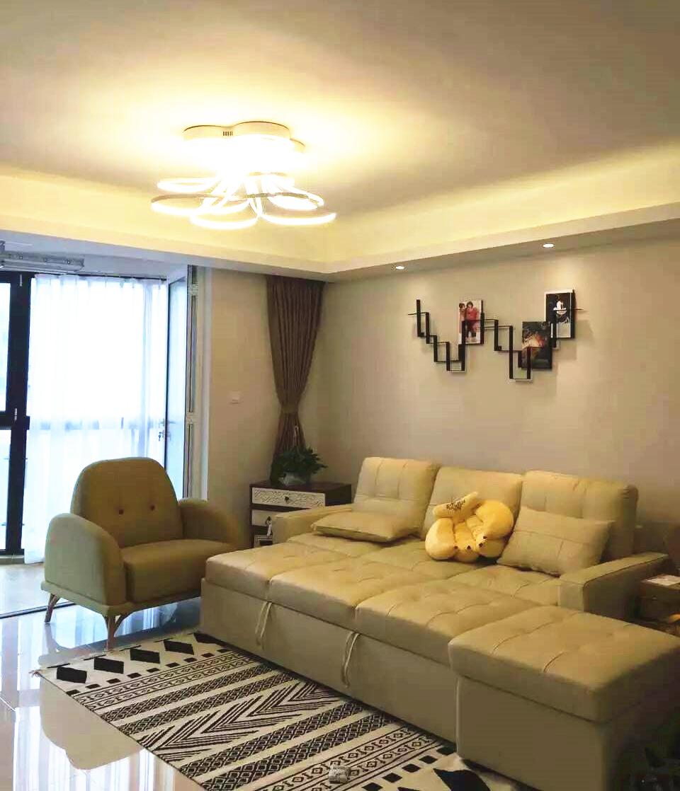 业主喜欢简约的美式风,气质出众的米色调让房子变得更加大气,皮质沙发典雅。