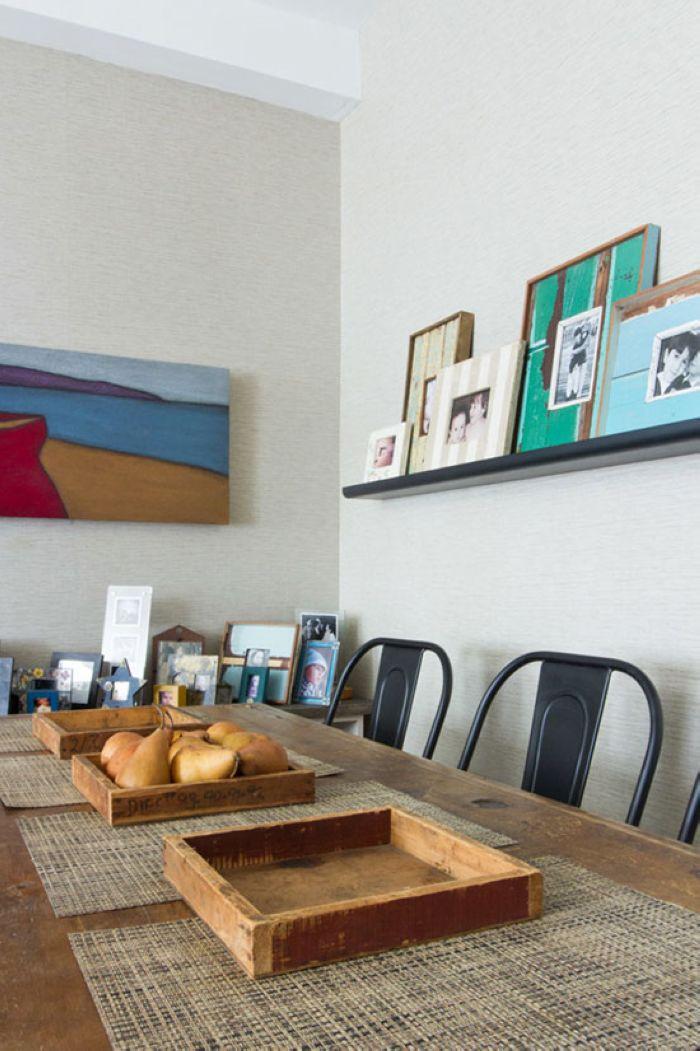 餐厅背景墙上有一块搁板,上面摆放着几幅老照片,把属于家人的记忆留存下来。