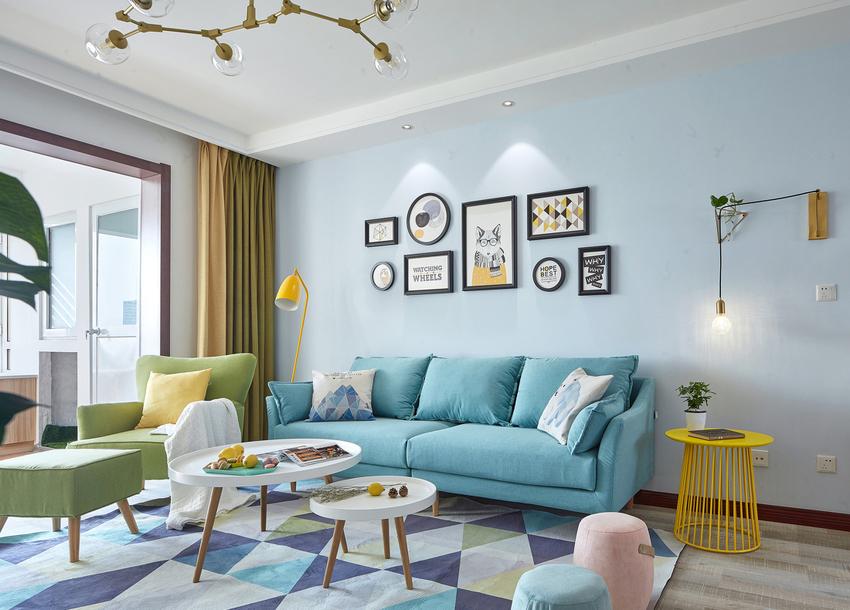 阅读灯和壁灯设计不仅满足了功能,于是同时提升了客厅空间的趣味性。