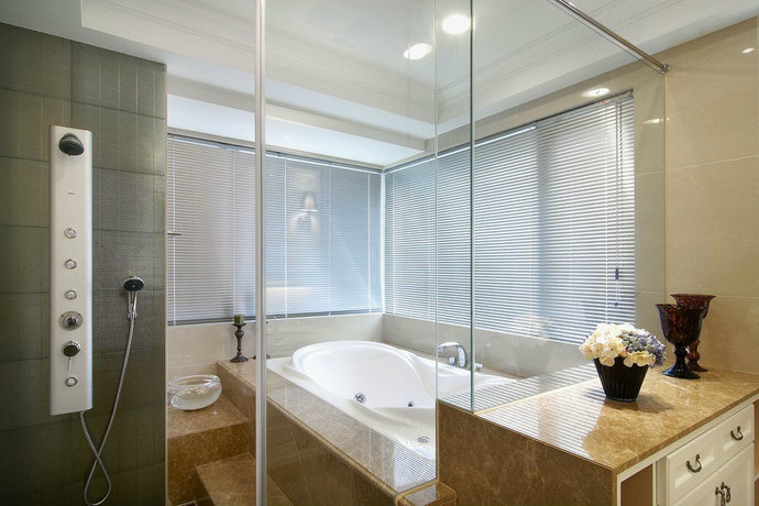 二面采光的宽敞的浴室空间,完美的干湿分离设计,独享身心放松的私密空间。