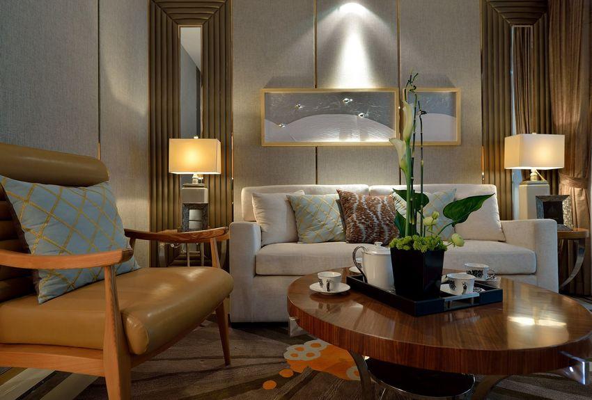 沙发背景墙的灯光,让原本简单的墙面,多了一些变化,镜面元素也为空间增添现代气息。