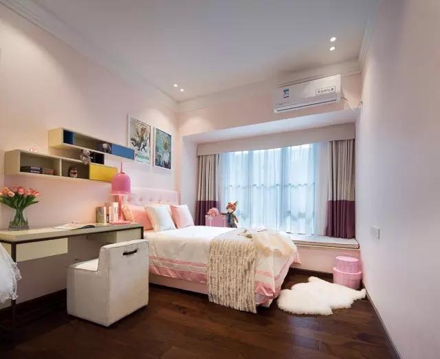 床边左右的床头柜与灯光相对称就有很好的协调感。