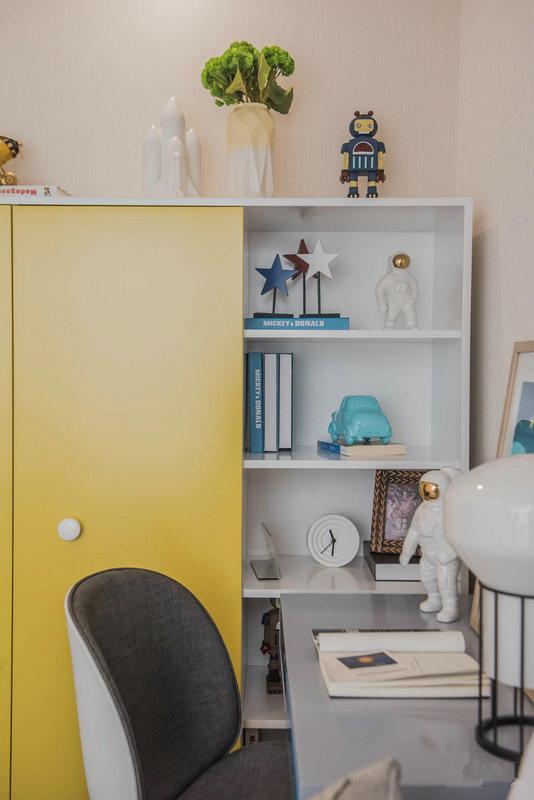儿童房的另一侧以一个书柜满足孩子的收纳,白色与黄色的设计因为现代设计,让空间格外明快。