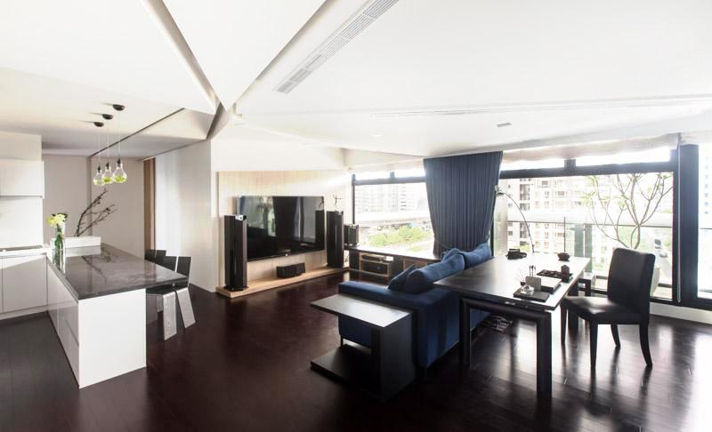 面积巨大的玻璃保证了足够阳光的照射,整个客厅空间都往窗边靠,营造出更加明亮的空间。