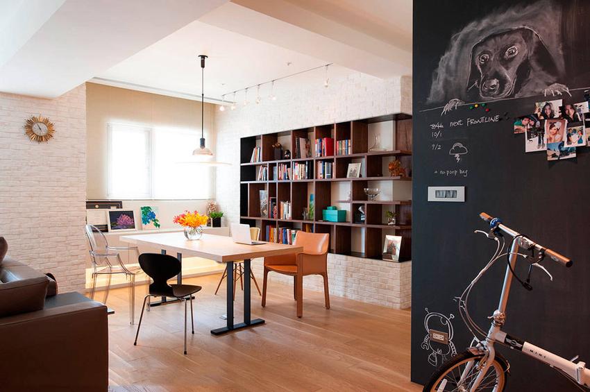 黑板漆涂刷得留言墙,是作息不同的屋主夫妇的专属交流园地。