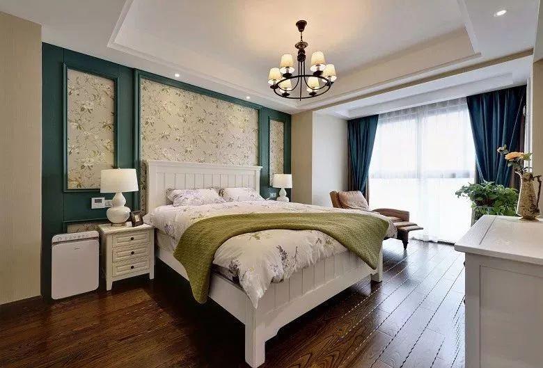 床头背景墙以蓝绿色的边框搭配上花纹壁纸,空间充满了儒雅高档的空间感。