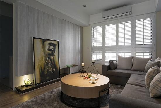 可调节角度的白色木百叶窗帘,兼具调光与保护隐私的机能。