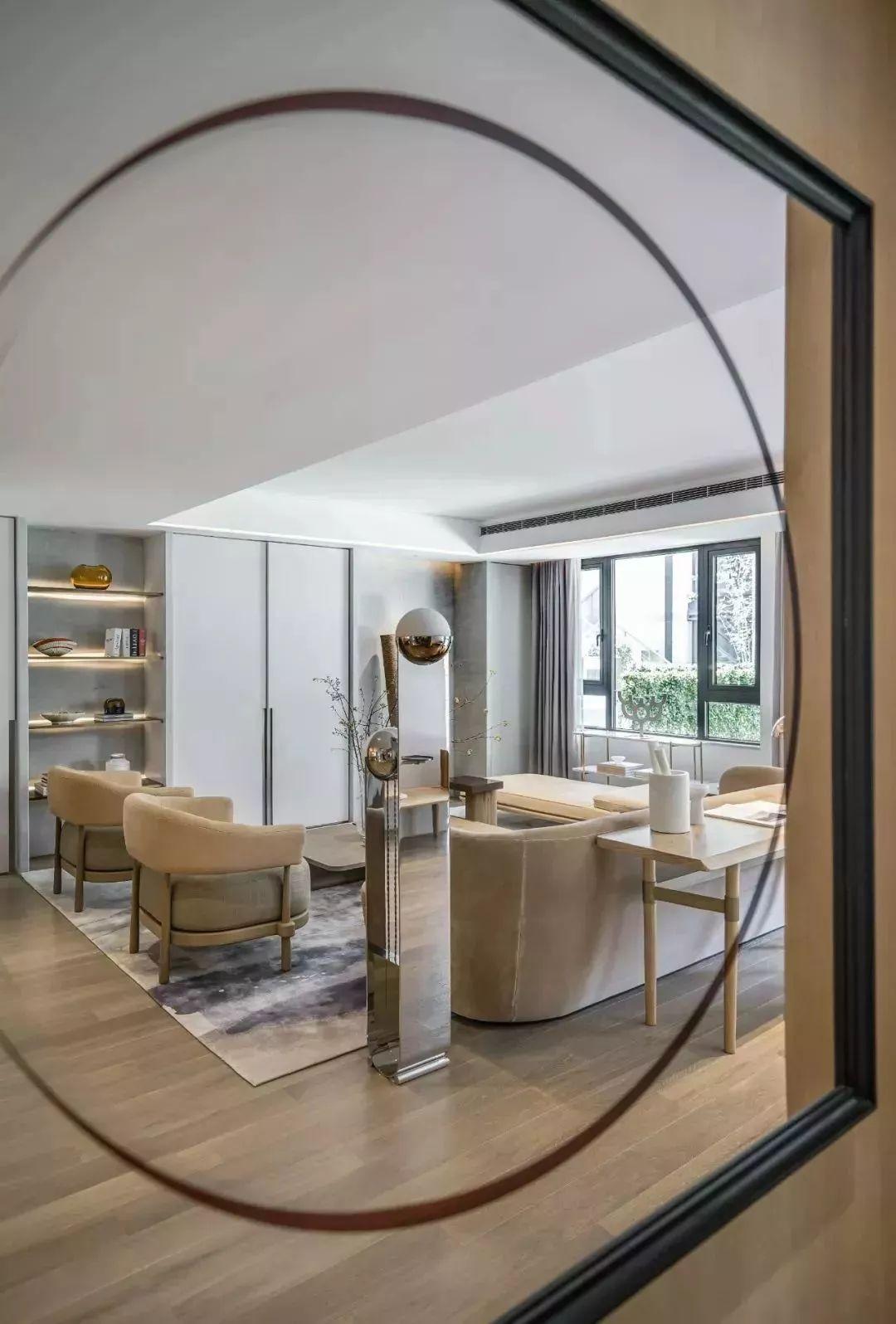 客厅设计摒弃繁复的装饰手法和惯用的陈设布局习惯,空间和人的微妙关系透过艺术表达。