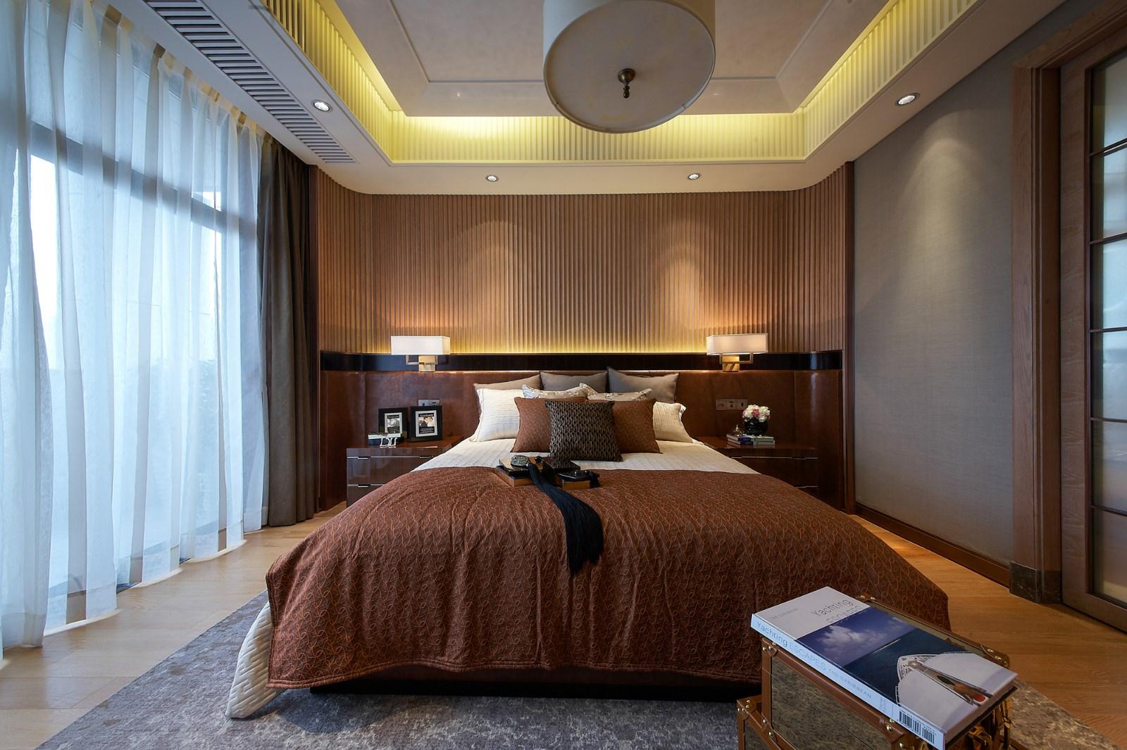卧室整个氛围是温馨的,尤其当床头柜上的两盏台灯,发出柔和的光芒时。