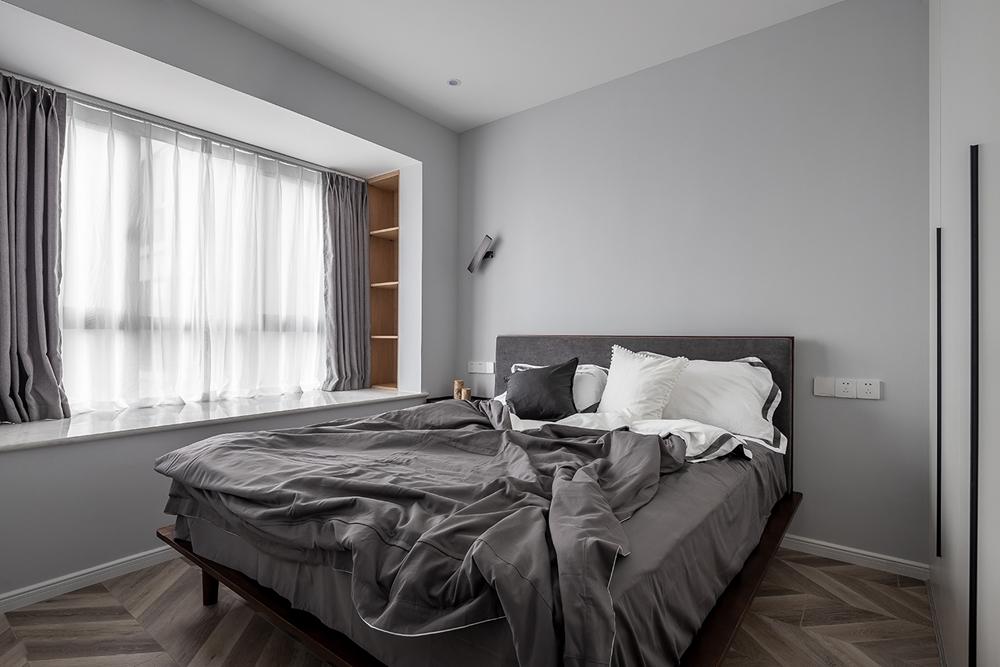 主卧以低饱和度灰色为主色调,打造出具有现代风格的卧室,造型简洁雅致。