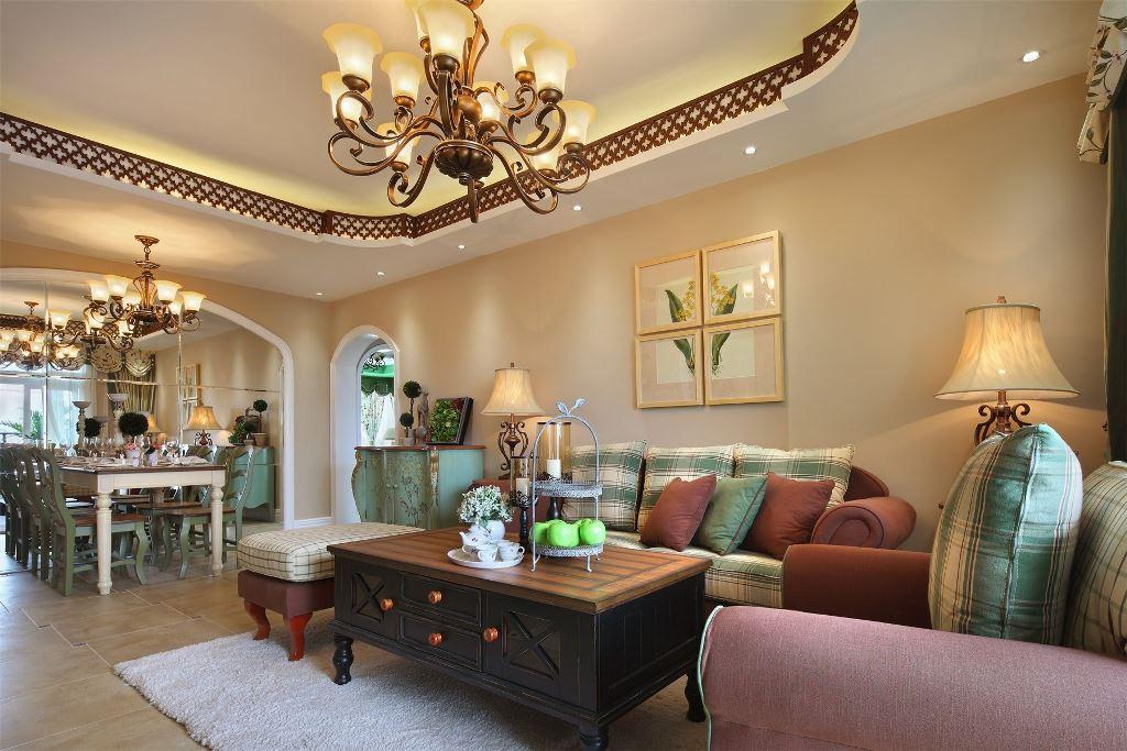 复古的水晶灯,原木家具,白色地毯,营造出一种古香古色的奢华感。