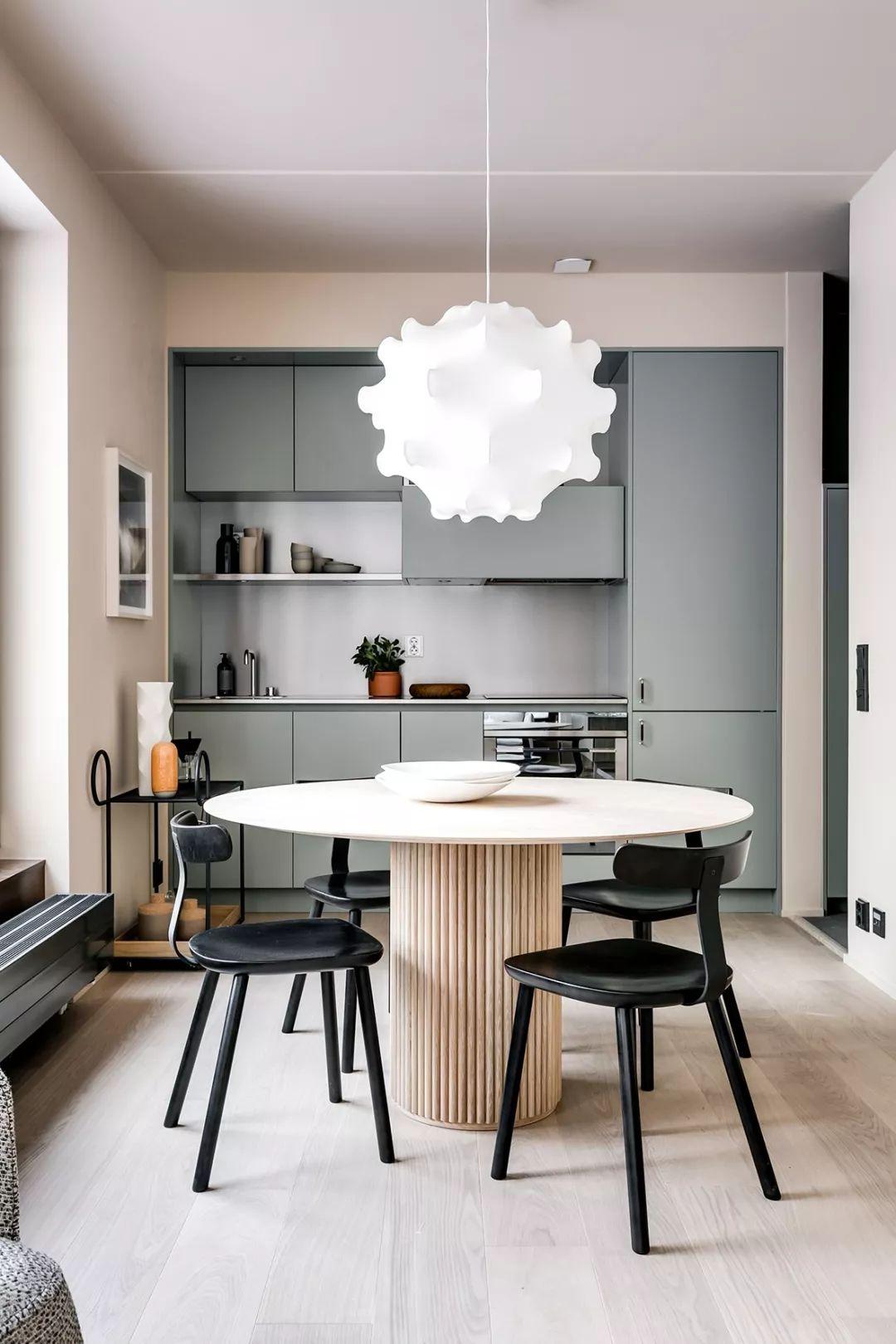 橱柜的颜色简洁摩登又显得非常干净,花朵形状的吊灯线条优美,简约又高贵,无疑是餐厅区的一个亮点。
