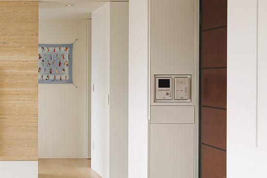 用爱马仕丝巾DIY成墙壁灯箱,成为走廊的一大装饰亮点。