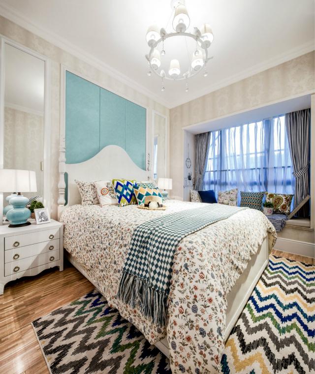整个卧室呈现出清新自然的情境,五彩波纹的地毯、碎花床品以及绿色背景墙无不体现着田园最美好的生活氛围。