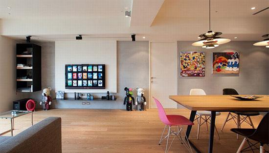 对于舞台、灯光极为专业的屋主,客厅除预留有投影幕布空间,白烤与铁件的俐落进一步打造主墙表情。