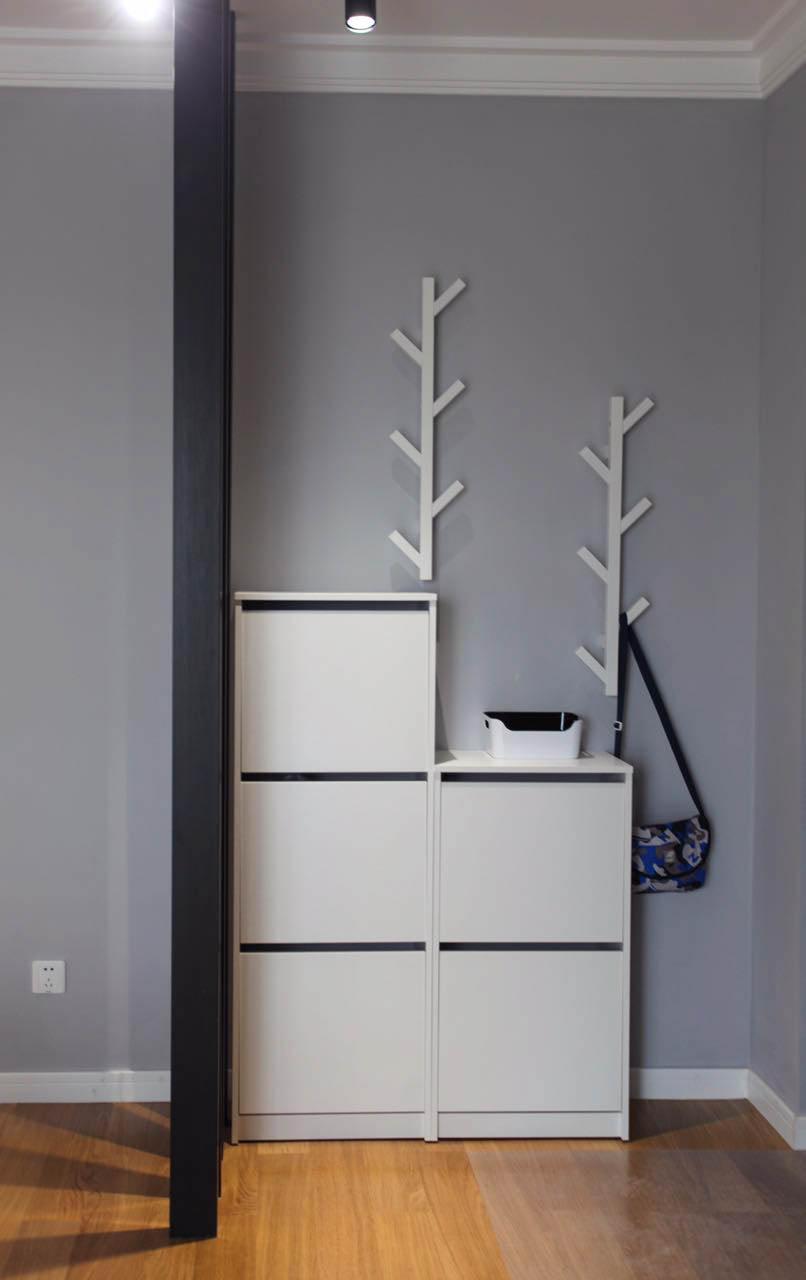 玄关的空间比较大,除了做鞋柜,还精心设计两个挂衣空间,方便收藏的同时又为门廊增添了一些趣味。