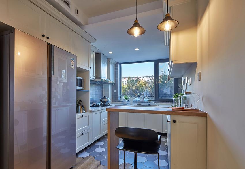 厨房内六教砖和地板的艺术拼贴,给空间多一份生动。
