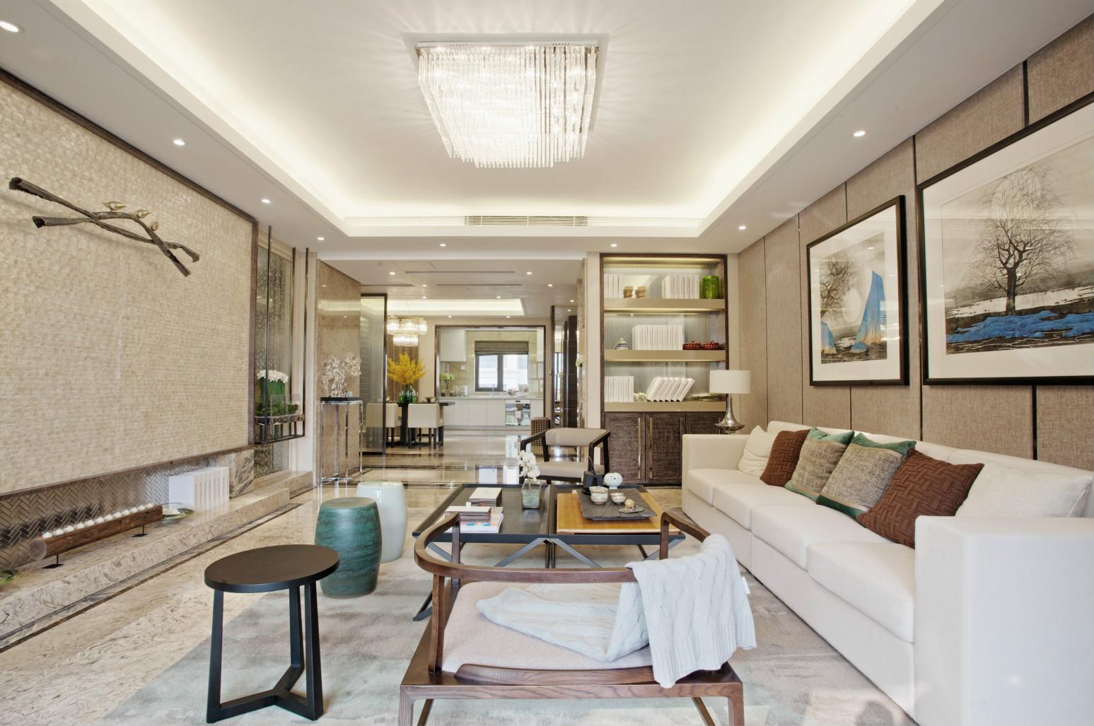 客厅整体以柔和的米白色与白色系作为主色调。