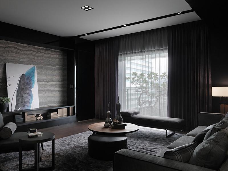 自然光随窗映入室内,替幽暗的空间气氛植入生气。