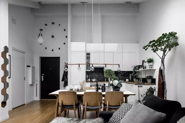 增添很多柔软的织物以及木质元素,并将室外的绿色植物延续到室内空间,让家充满生机,温馨感满分。