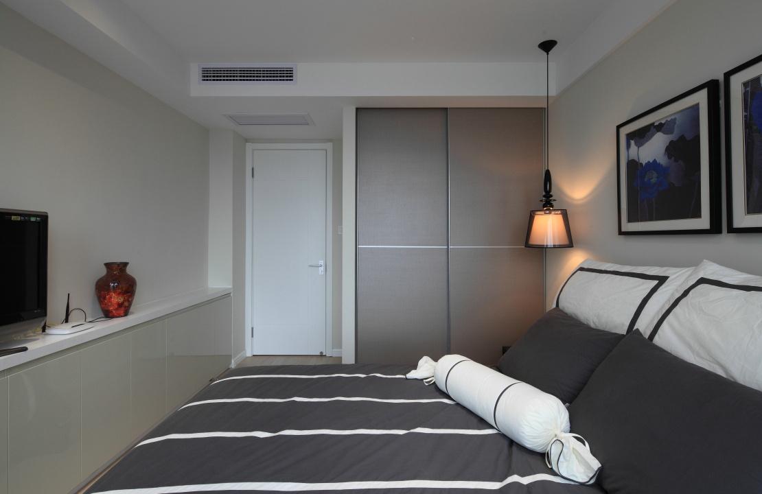 主卧室以冷色为主,简约整洁,精致的床头吊灯很是温馨