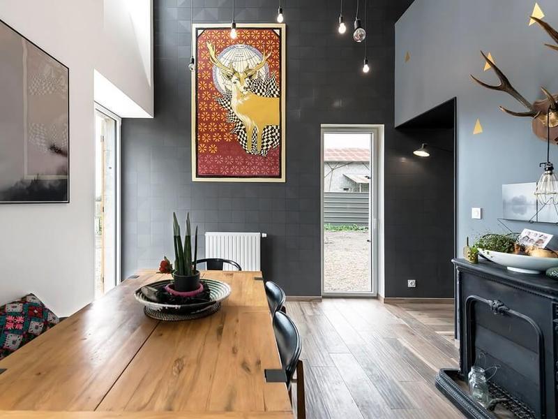 餐厅色彩丰富壁画和墙壁装饰,处处透着艺术品味。