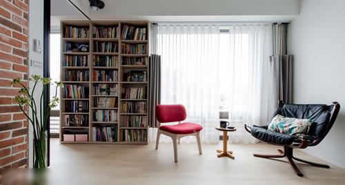 室内以带有复古情怀的工业风为主轴,维持简单不造作的原貌,不多做冗赘装饰,仅以一道乡村红砖风情的文化石
