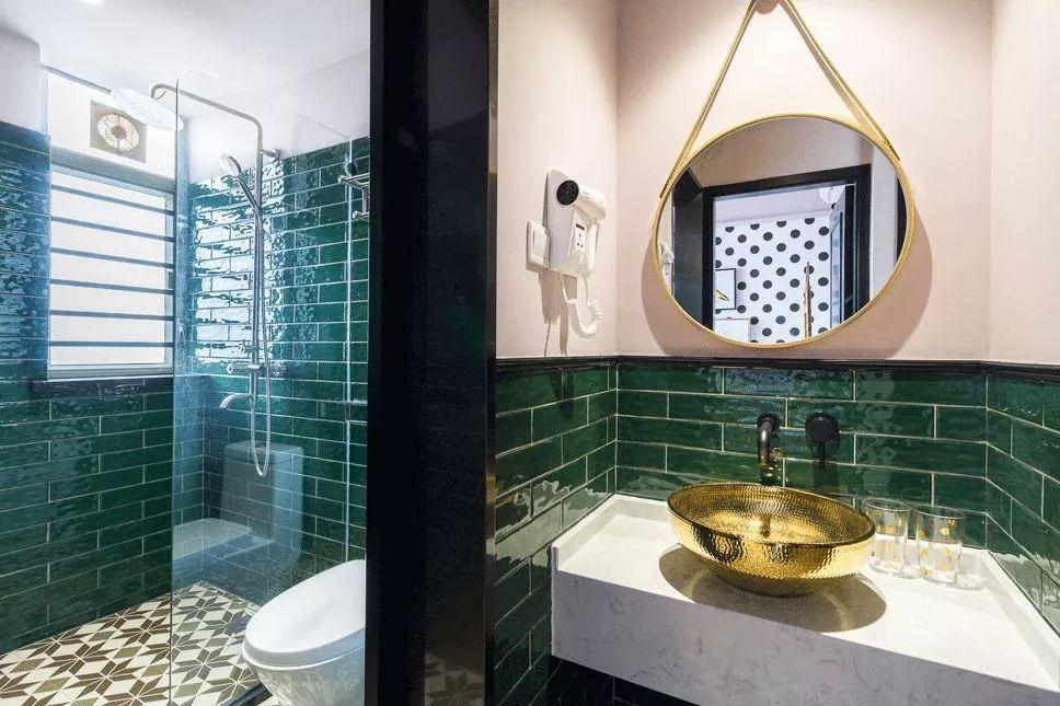 卫生间干湿分离设计,把洗手台放在了门外,卫生间的内外又铺贴了同样的墙砖和地面花砖,整体感更强。