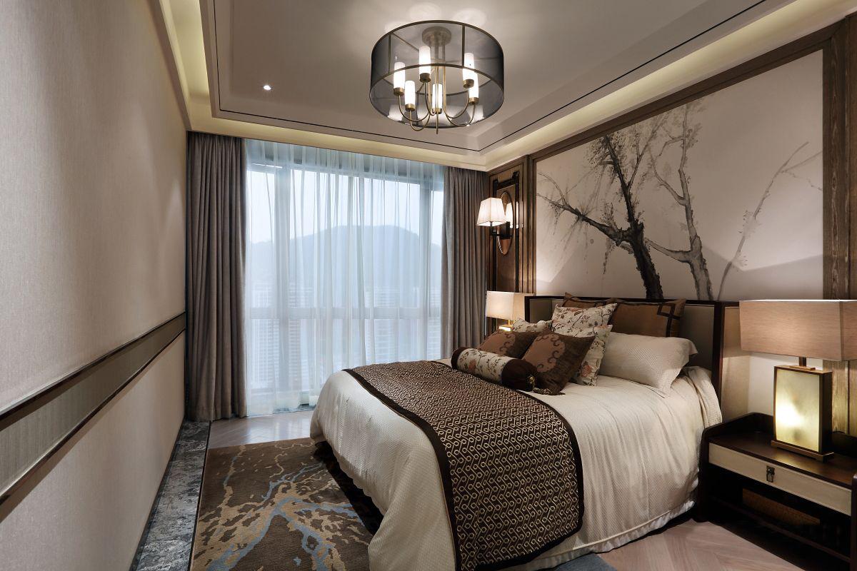 主卧床头背景墙设计让整个空间非常雅致,铺上地毯之后,温馨舒适另有一番滋味。