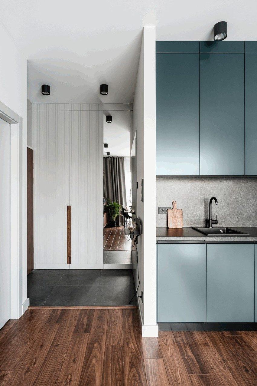 小户型里的现代风格最怕空间的局促,因此在入户的玄关处,就用玻璃镜子来延伸空间。
