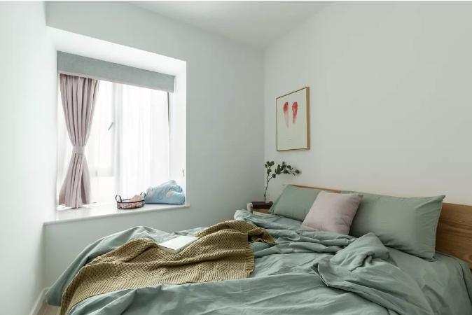 封了原来卧室通往阳台的门,床头换了个方向,让空间看起来更明亮。
