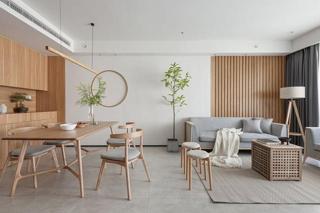餐厅与客厅相连,木色的而加入赋予了客厅温润雅致的风度,又使客厅不失温馨。